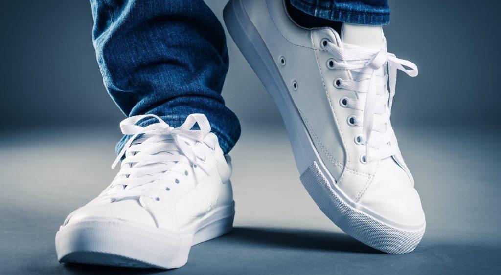 Zapatillas blancas, la tendencia en calzado que nunca pasa de moda