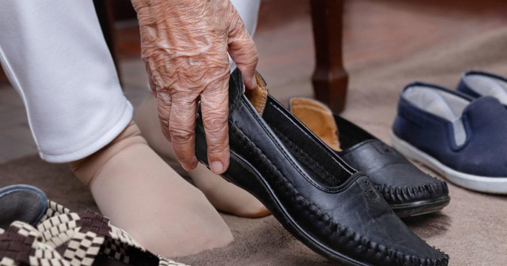 comodo y apropiado, así debe ser el calzado para personas mayores imagen